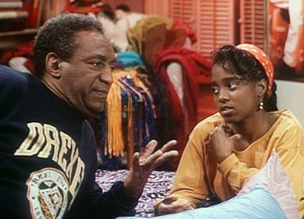 Cliff (Bill Cosby, l.) versucht Rudy (Keshia Knight Pulliam, r.) begreiflich zu machen, warum er Wert darauf legt, dass sie ihre Mahlzeiten auch man... - Bildquelle: Viacom