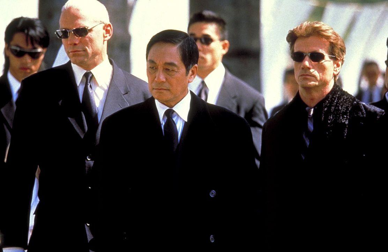 Mr. Wei (Kenneth Tsang, M.) und seine rechte Hand Kogan (Jürgen Prochnow, r.) setzen einen Mörder auf den kleinen Sohn eines Polizisten an. Wider... - Bildquelle: Columbia Tri-Star