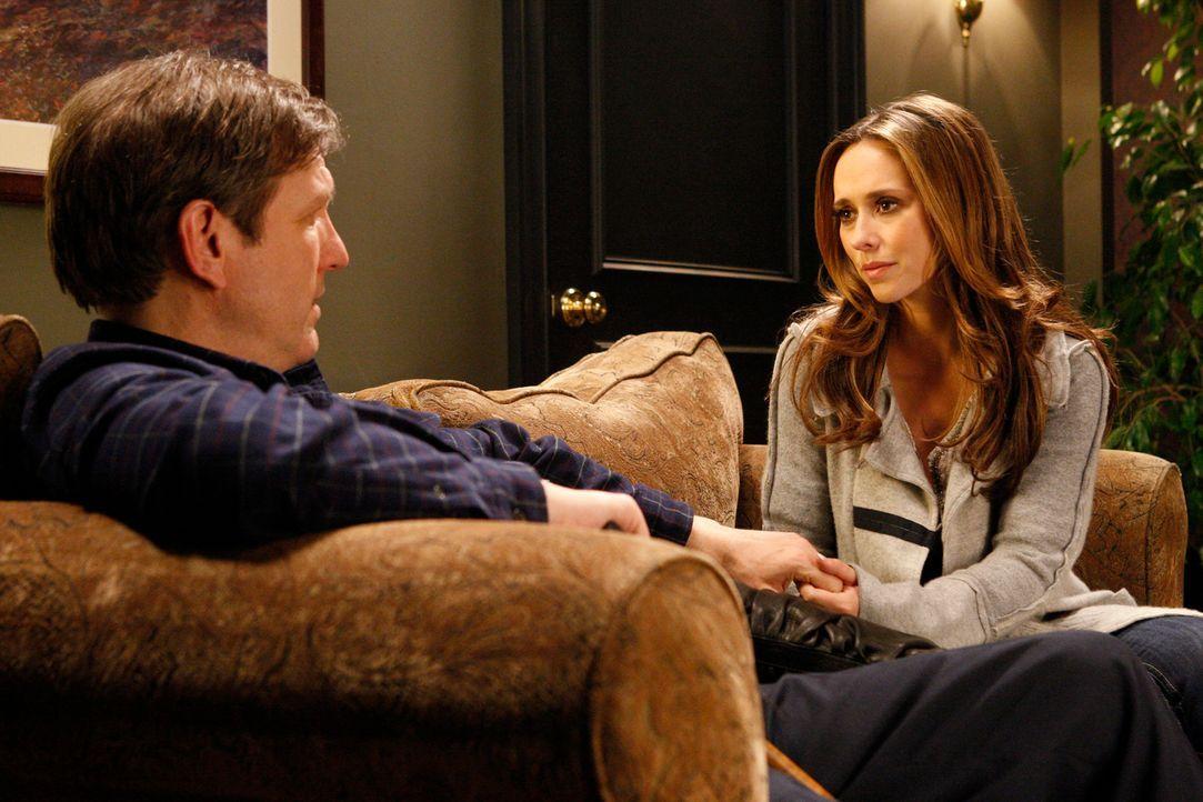 Als ihr Vater Tom (Martin Donovan, l.) plötzlich wieder auftaucht, weiß Melinda (Jennifer Love Hewitt, r.) anfangs nicht, wie sie sich verhalten sol... - Bildquelle: ABC Studios