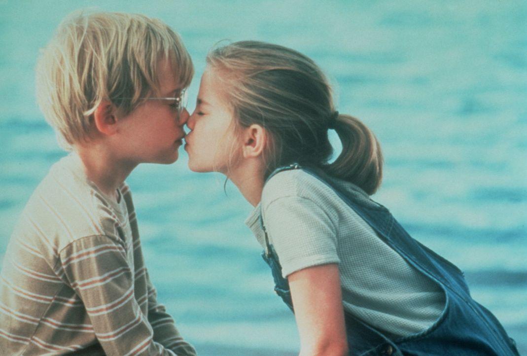 Jugend forscht: Thomas J. (Macaulay Culkin, l.) und Vada (Anna Chlumsky, r.) wagen sich an die geheimnisvolle Welt des Küssens heran ... - Bildquelle: Columbia Pictures