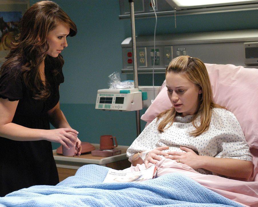 Melinda Gordon (Jennifer Love Hewitt. l.) besucht ihre hochschwangere Freundin Holly Newman (Monica Keena, r.) im Krankenhaus ... - Bildquelle: ABC Studios