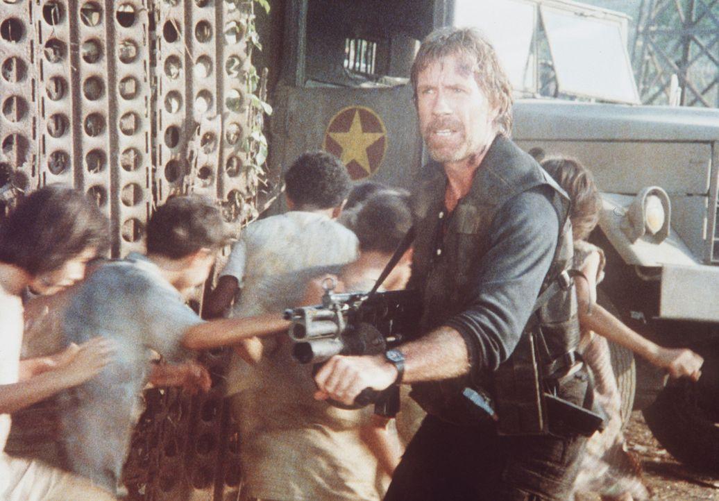 Auf der Suche nach seiner Frau und seinem Sohn, muss Colonel Braddock (Chuck Norris, r.) immer wieder zur Waffe greifen ... - Bildquelle: Cannon Films