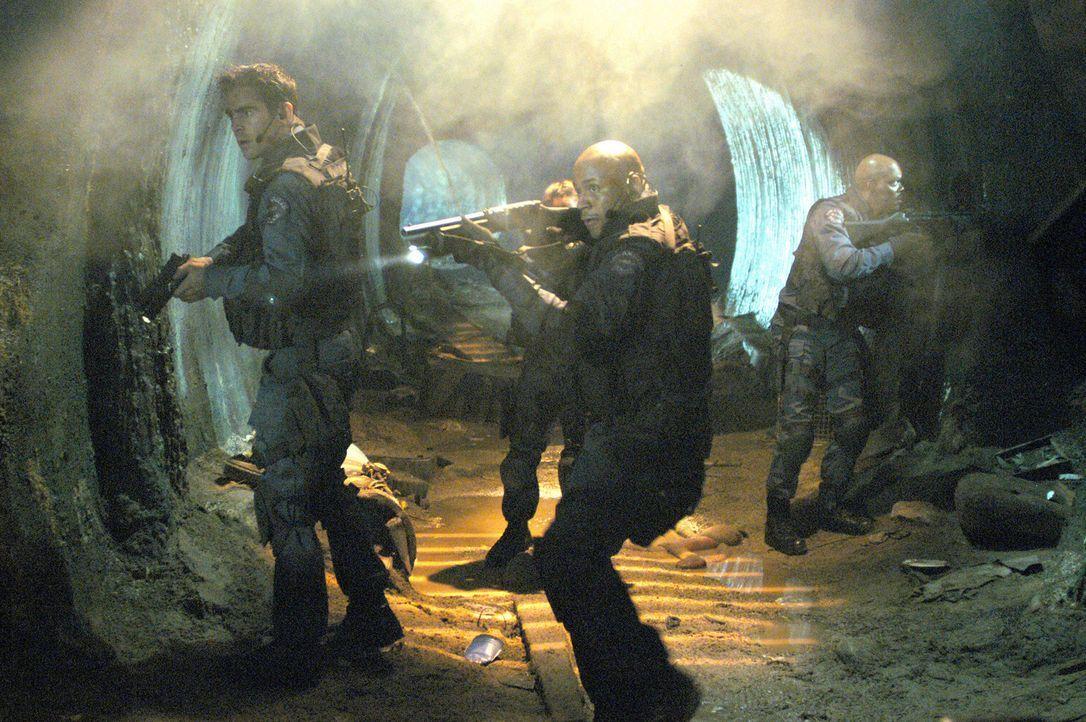 Der französische Drogenbaron Alex Montel soll aus der U-Haft ins Gefängnis überführt werden. Kein leichter Auftrag für das S.W.A.T.-Team (v.l.n... - Bildquelle: 2004 Sony Pictures Television International. All Rights Reserved.