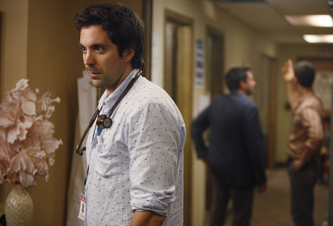 Dr. Zeke Barnes (Rhys Coiro) hofft, dass bald eine neue Leitung für die Klinik gefunden wird, den das Chaos wird immer größer ... - Bildquelle: 2011 CBS BROADCASTING INC. ALL RIGHTS RESERVED