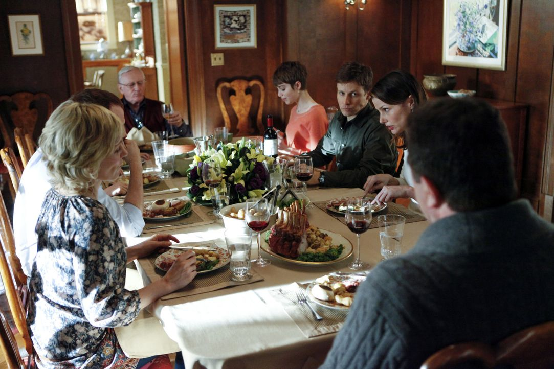 Beim Familienessen der Reagans sorgt der aktuelle Fall für Streit: (v.l.n.r.) Linda (Amy Carlson), Danny (Donnie Wahlberg), Henry (Len Cariou), Nick... - Bildquelle: Craig Blankenhorn 2011 CBS Broadcasting Inc. All Rights Reserved