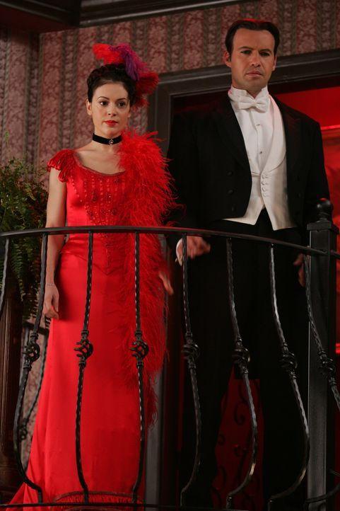 Gemeinsam mit Drake (Billy Zane, r.) reist Phoebe (Alyssa Milano, l.) in die Vergangenheit, um Mike zu retten ... - Bildquelle: Paramount Pictures