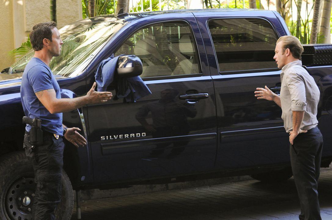 Steve (Alex O'Loughlin, l.) und Danny (Scott Caan, r.) haben es mit einer Leiche in einem brennenden Zuckerrohrfeld zu tun. Gemeinsam versuchen sie... - Bildquelle: 2012 CBS Broadcasting, Inc. All Rights Reserved.