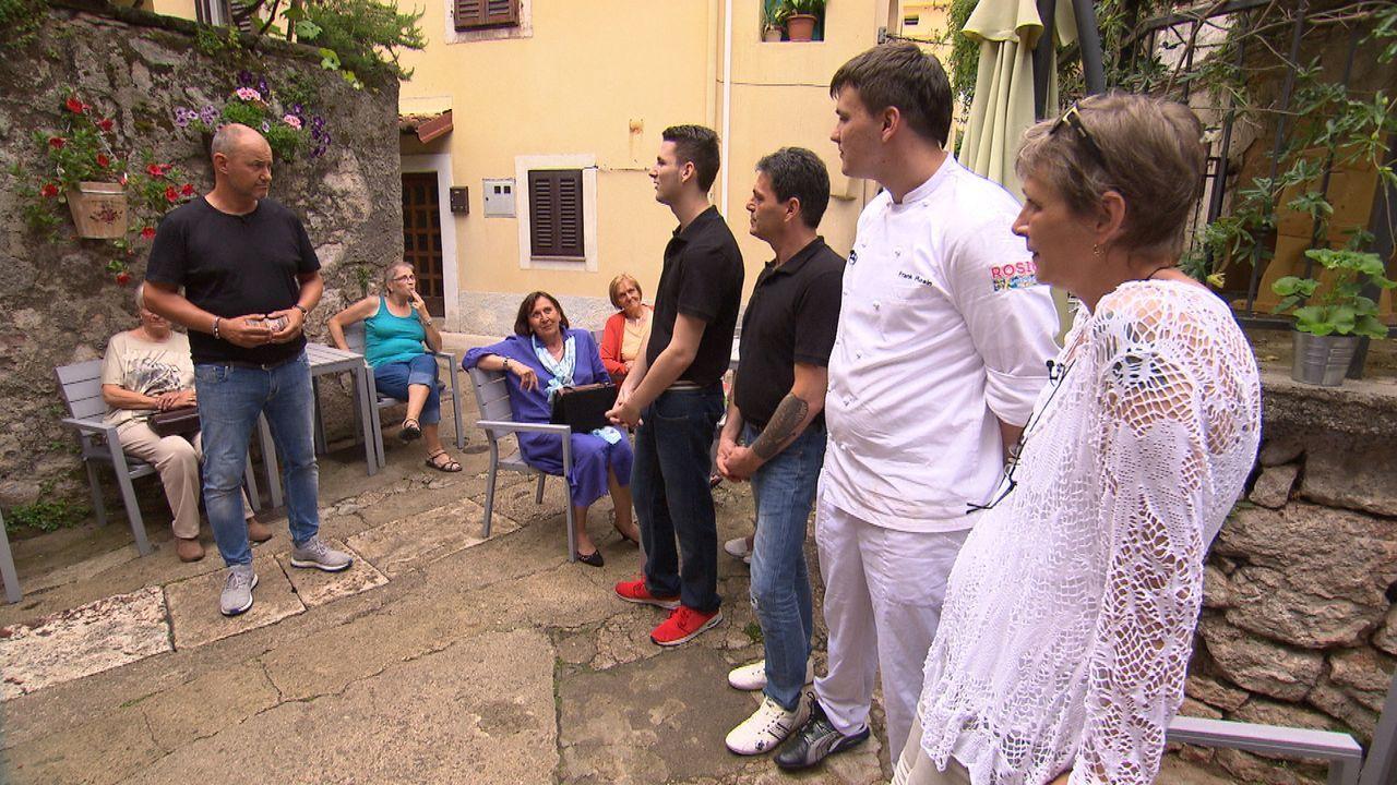 Frank Rosin (l.) reist nach Kroatien, um dort Andreas (M.), Sabine (r.) und deren beiden Söhnen Marc (2.v.r.) und Nico (2.v.l.) zu helfen. Sie führe... - Bildquelle: kabel eins