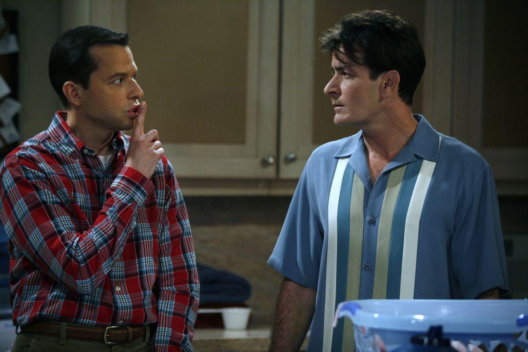 Charlie (Charlie Sheen, r.) und sein Bruder Alan (Jon Cryer, l.) haben das gleiche Problem: Beide sind einer Frau verfallen und können sich gegen d... - Bildquelle: Warner Brothers Entertainment Inc.