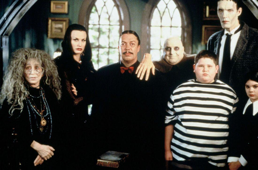Ein Familientreffen der besonderen Art (v.l.n.r.): Granny (Alice Ghostley), Mortica (Daryl Hannah), Gomez (Tim Curry), Onkel Fester (Patrick Thomas)... - Bildquelle: 2002 ABC, INC.