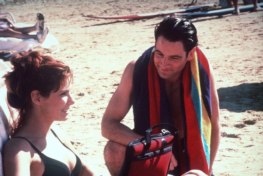 Während eines Urlaubs lernt die attraktive Computerexpertin Angela Bennett (Sandra Bullock, l.) den gut aussehenden Computer-Freak Jack Devlin (Jer... - Bildquelle: Columbia Pictures Corporation