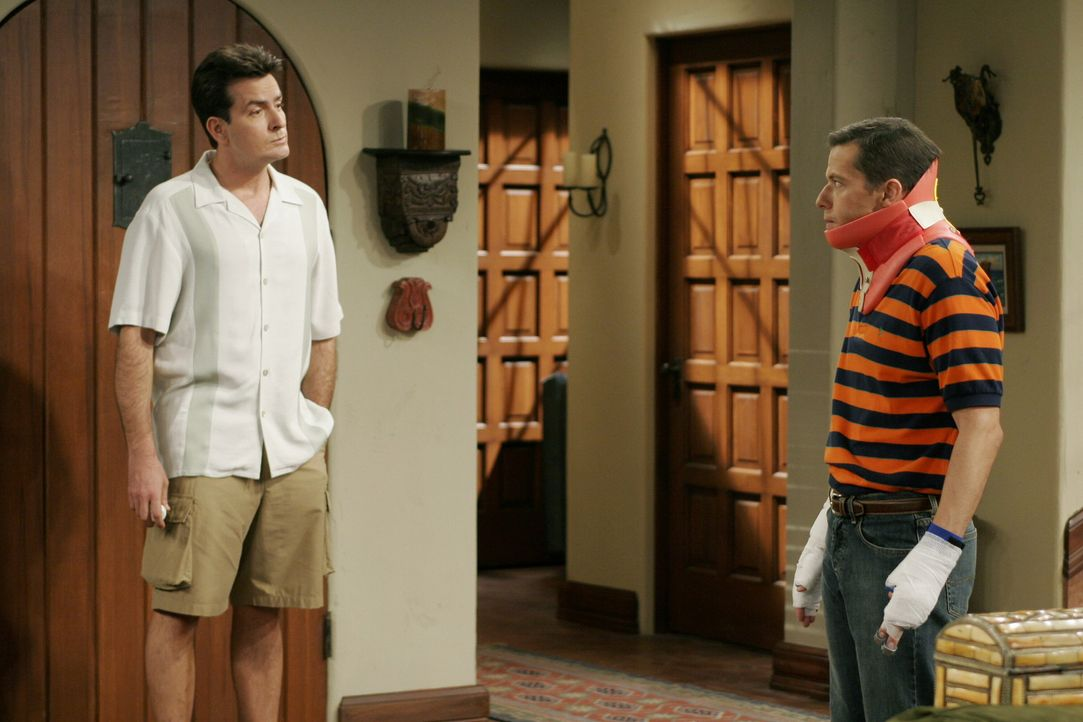 Durch den Sturz vom Dach ist Alan (Jon Cryer, r.) nicht fähig, Jake übers Wochenende zu nehmen. Charlie (Charlie Sheen, l.) verspricht ihm jedoch... - Bildquelle: Warner Brothers Entertainment Inc.