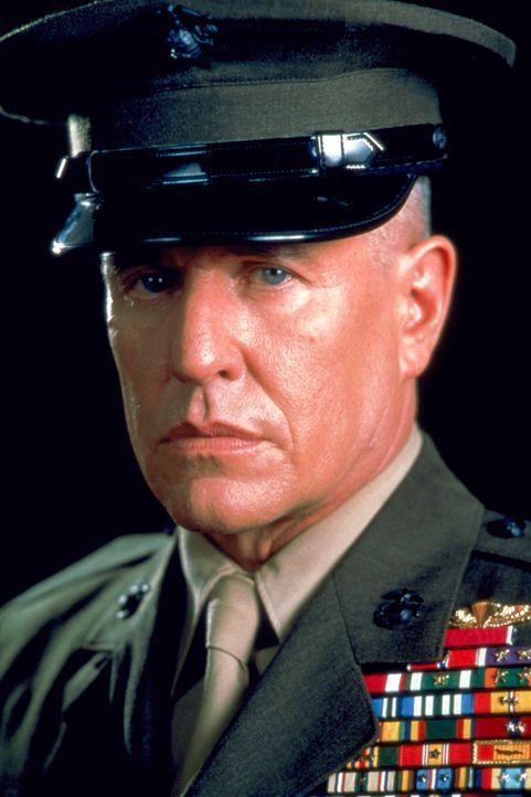 Gegen Rückgabe von Rang und Uniform willigt Sergeant Thomas Beckett (Tom Berenger) ein, in den Balkan zu reisen, um einen perfekten Schuss auf eine... - Bildquelle: Columbia Pictures Corporation