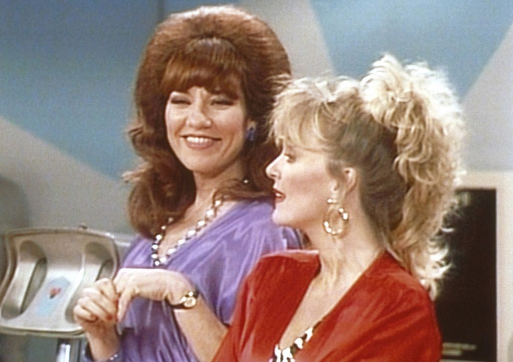 Als Peggy (Katey Sagal, l.) ihre frühere Mitschülerin Mimi (Deborah Harmon, r.) auf der Bowlingbahn wiedertrifft, kommt es sofort wieder zu Streit... - Bildquelle: Columbia Pictures
