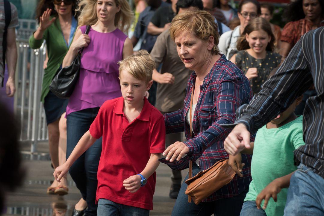 Als der siebenjährige Mason (Jackson Kaufman, l.), Sohn eines berühmten Wissenschaftlers, im Central Park verschwindet und daraufhin ein unbekannter... - Bildquelle: Jeff Neumann 2015, 2016 Sony Pictures Television Inc. All Rights Reserved. / Jeff Neumann