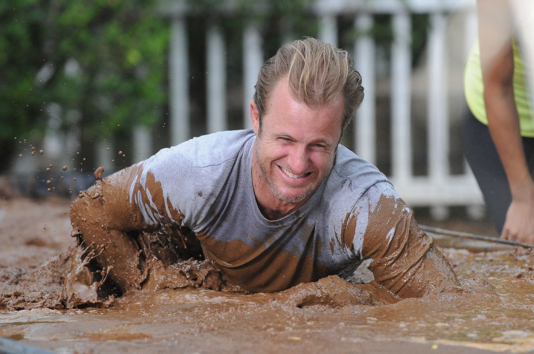 Beim Training für den großen Tough Mudder-Lauf: Danny (Scott Caan) ... - Bildquelle: Norman Shapiro 2015 CBS Broadcasting, Inc. All Rights Reserved / Norman Shapiro