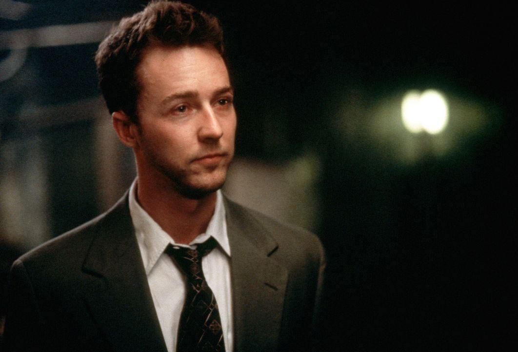 Der frustrierte Büroangestellte Jack (Edward Norton) möchte aus seinem Alltagstrott entfliehen. Als er den Handelsvertreter Tyler Durden kennen le... - Bildquelle: 20th Century Fox