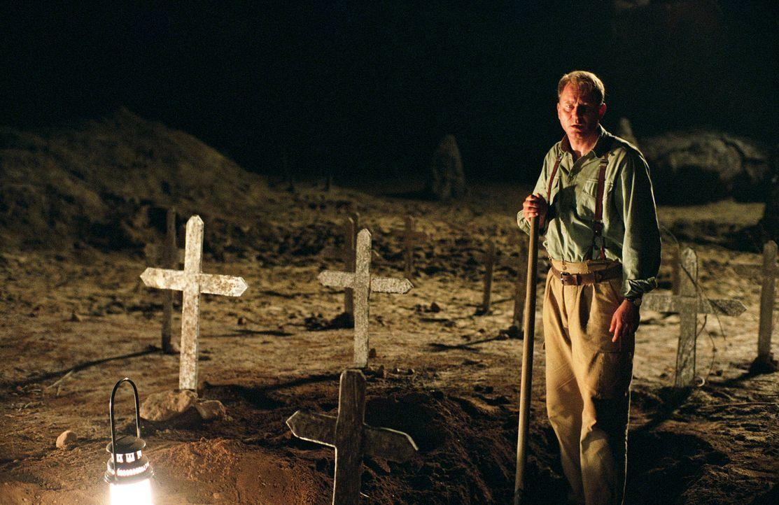 Leere Gräber: Merrin (Stellan Skarsgård) wird misstrauisch und versucht dem Geheimnis des Friedhofes auf den Grund zu gehen... - Bildquelle: Warner Brothers