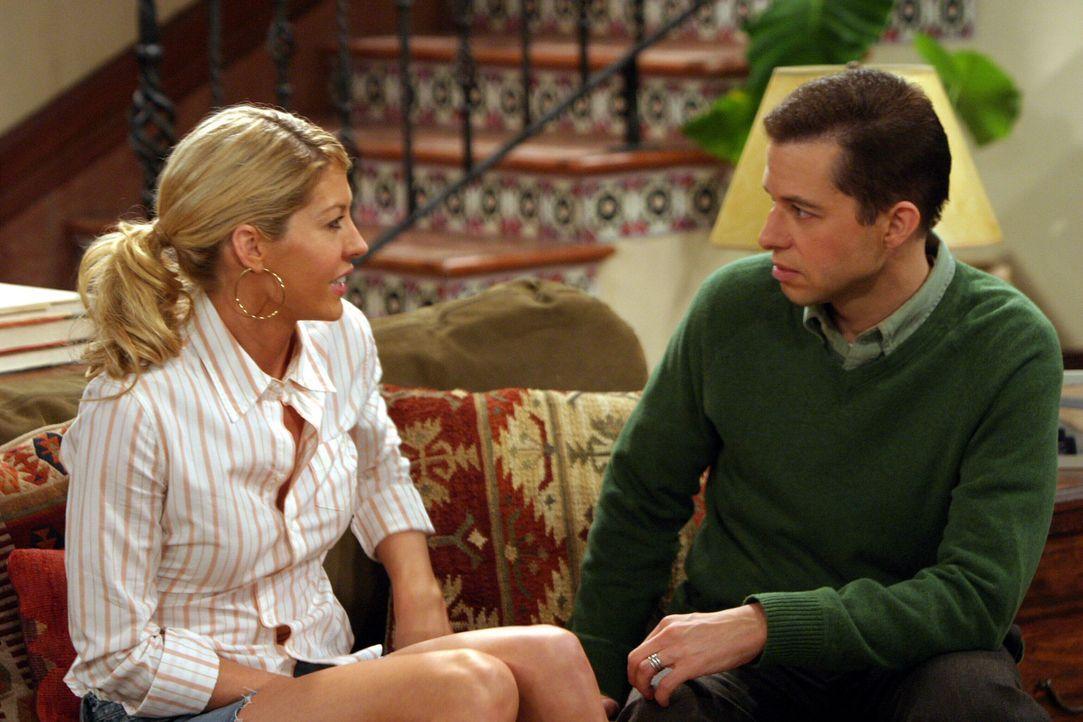 Endlich berichtet die geheimnisvolle, schöne Frankie (Jenna Elfman, l.) von ihren Schwierigkeiten, so dass Alan (Jon Cryer, r.) ihr gegen Charlies... - Bildquelle: Warner Brothers Entertainment Inc.