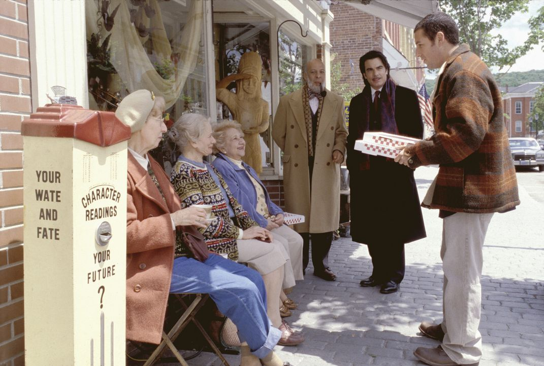 Noch ahnt der gutmütige Mr. Deeds (Adam Sandler, r.) nicht, was Chuck Cedar (Peter Gallagher, 2.v.r.) und Cecil Anderson (Erick Avari, M.) mit ihm... - Bildquelle: 2003 Sony Pictures Television International. All Rights Reserved.
