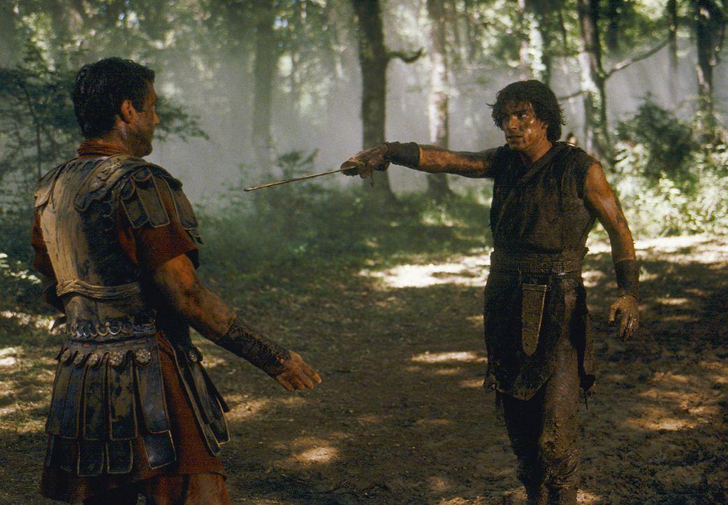 Mit der Hilfe von Tyrannus und der Dritten Legion gelingt es Octavius (Santiago Cabrera, l.), Antonius (Vincent Regan, l.) zu besiegen. Großmütig... - Bildquelle: Hallmark Entertainment