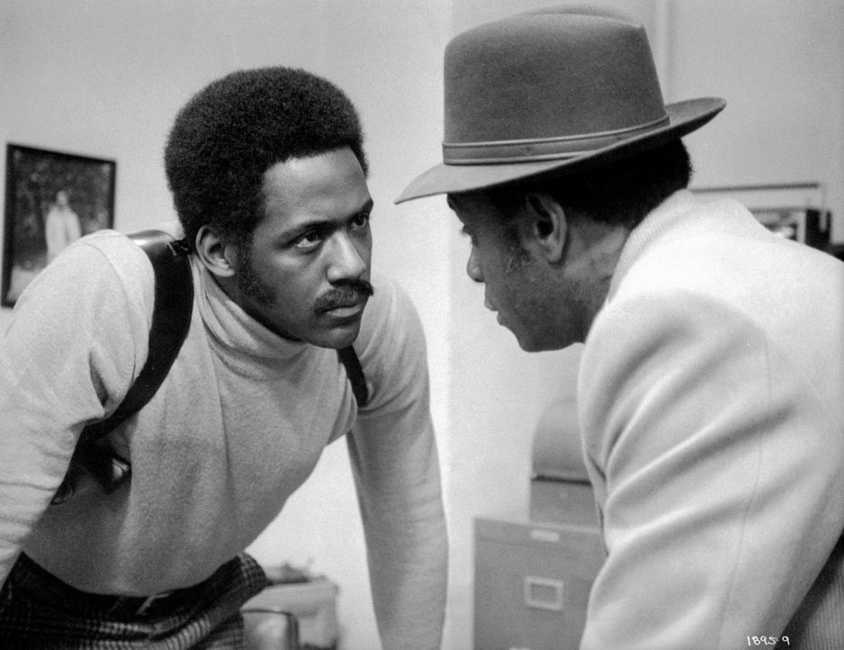 Privatdetektiv Shaft (Richard Roundtree, l.) wird vom Gangsterboss Bumpy Jonas (Moses Gunn, r.) angeheuert, dessen von einem Mafia-Clan entführte To... - Bildquelle: Warner Bros. Television