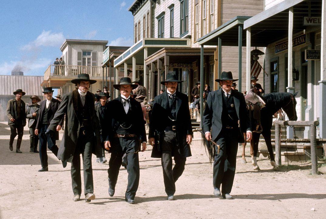 Stellen sich der berühmt berüchtigten Clanton-Bande (v.l.n.r.): Doc Holiday (Dennis Quaid), Morgan (Linden Ashby), Wyatt (Kevin Costner) und Virgi... - Bildquelle: Warner Bros.