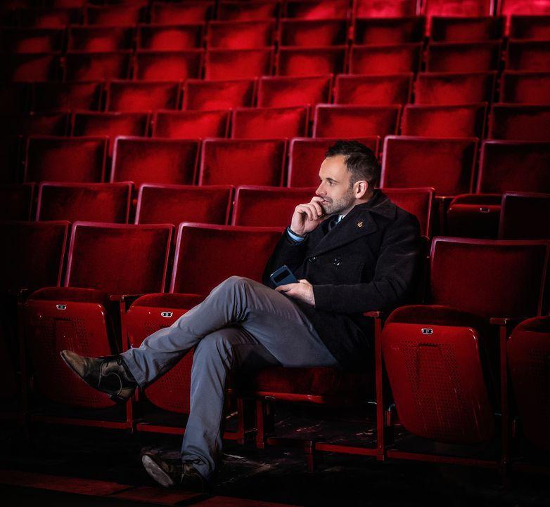 Nachdenklich im Zuschauerraum: Der aktuelle Fall führt Sherlock Holmes (Jonny Lee Miller) in ein Theater, in dem eine Balletttänzerin ermordet wurde... - Bildquelle: CBS Television