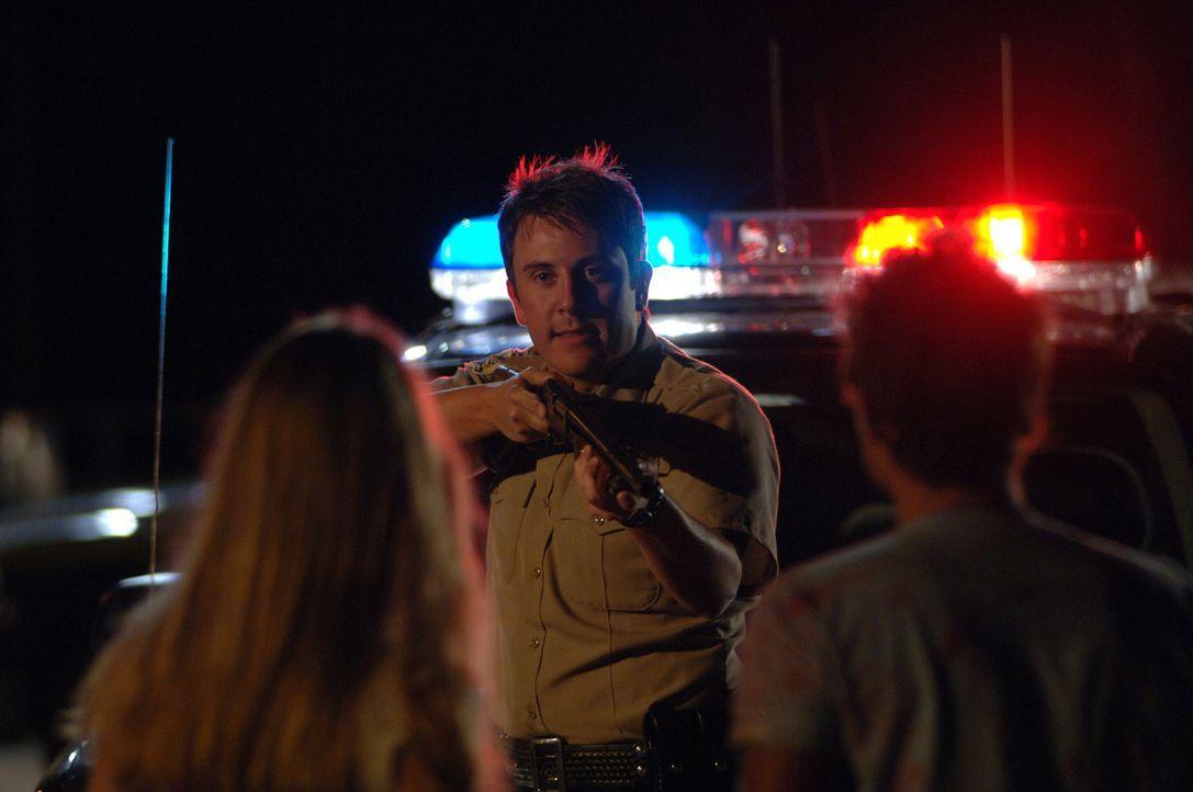 Deputy Hafner (K.C. Clyde) weiß sich nicht mehr zu helfen. In seinem Revier sterben immer mehr Menschen auf mysteriöse Art und Weise ... - Bildquelle: 2006 Destination Film Distribution Company, Inc. All Rights Reserved.