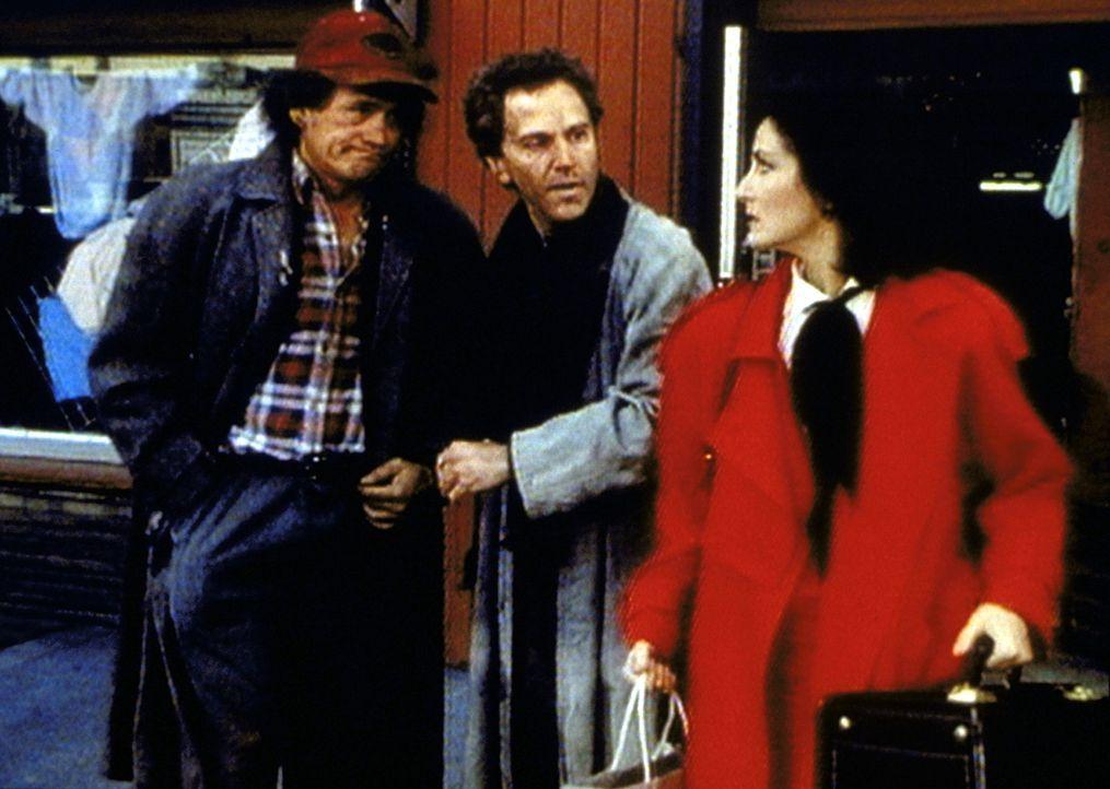 Die Staatsanwältin Kathleen Reynolds (Robin Strasser, r.) fühlt sich von den Obdachlosen Humphrey Bogart (Henry Bal, l.) und Matthew (John Rubinst... - Bildquelle: Worldvision Enterprises, Inc.