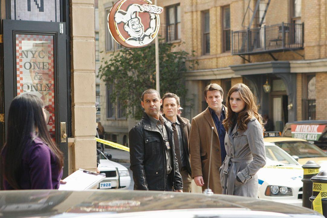 Kevin Ryan (Seamus Dever, 3.v.r.), Javier Esposito (Jon Huertas, 2.v.l.), Richard Castle (Nathan Fillion, 2.v.r.) und Kate Beckett (Stana Katic, r.)... - Bildquelle: ABC Studios