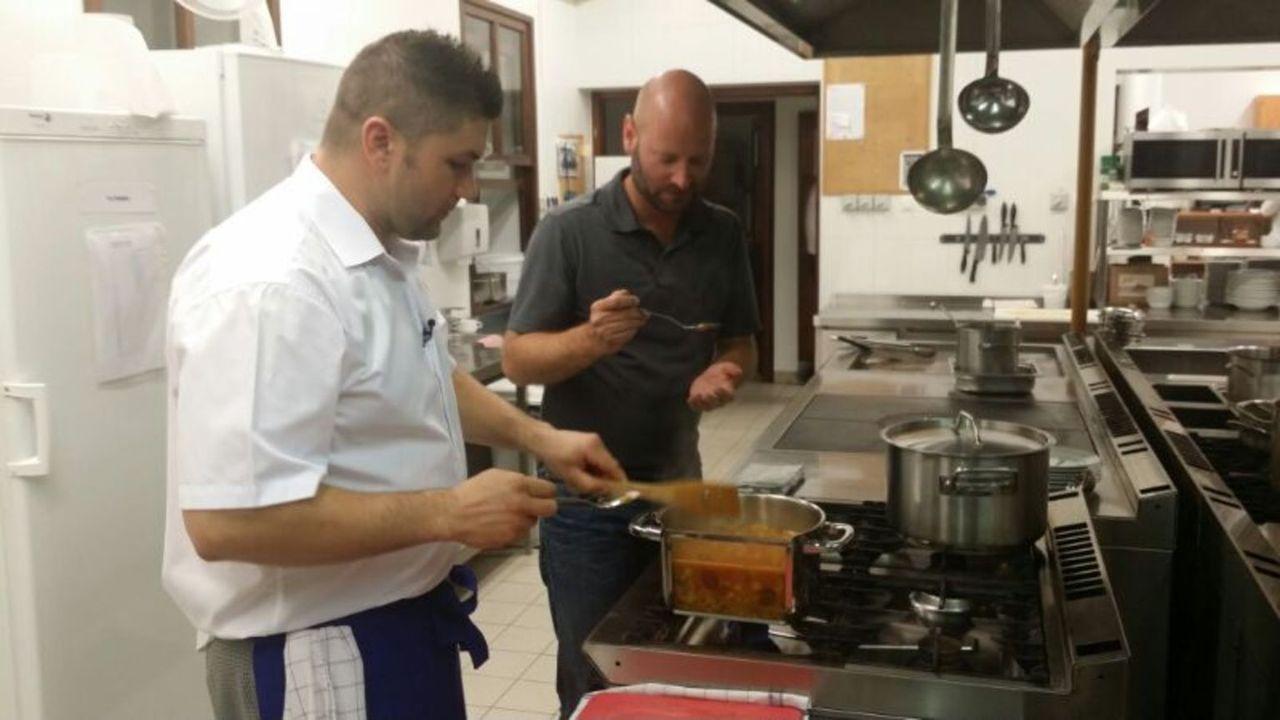 """Istvan Katona (l.) und David Hahn (r.) kochen gemeinsam einen köstlichen Puszta-Hirtentopf. Der spektakuläre """"halbe Kochtopf"""" mit seiner durchsichti... - Bildquelle: kabel eins"""