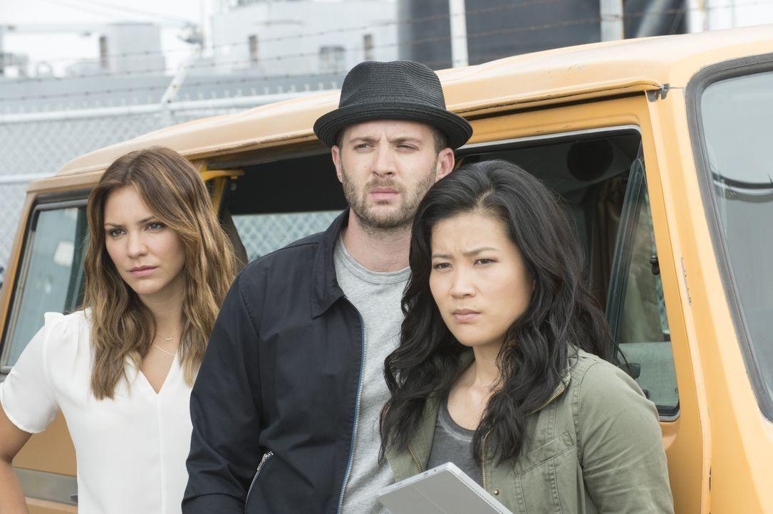Gerade als Paige (Katharine McPhee, l.), Toby (Eddie Kaye Thomas, M.) und Happy (Jadyn Wong, r.) glauben den Fall gelöst zu haben, macht ein unerwar... - Bildquelle: Neil Jacobs 2015 CBS Broadcasting, Inc. All Rights Reserved.