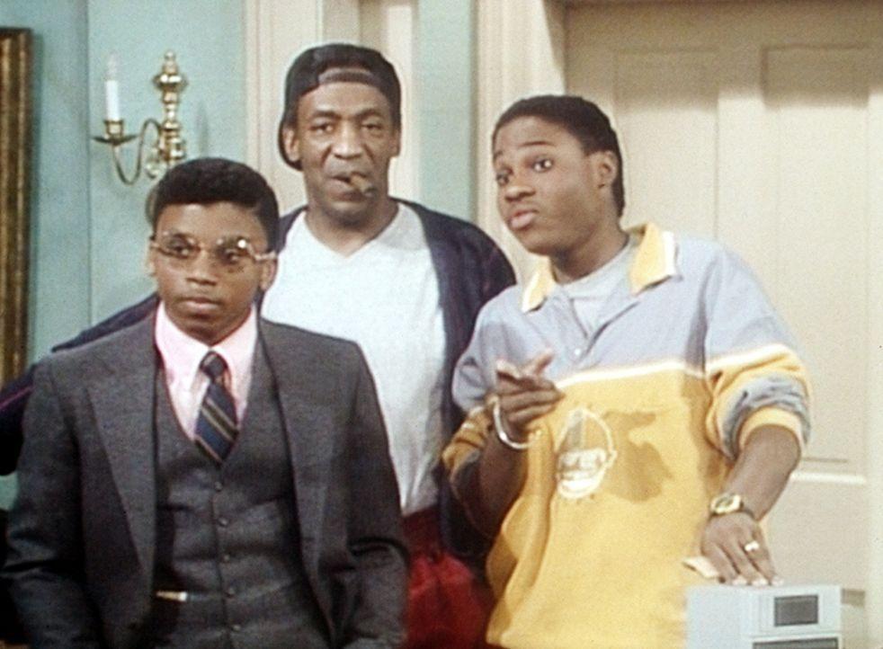 Cockroach (Carl Payne, l.), in der Rolle von Theos Arbeitgeber, und Theo (Malcolm-Jamal Warner, r.) sind entsetzt, als ihnen Cliff (Bill Cosby, M.)... - Bildquelle: Viacom