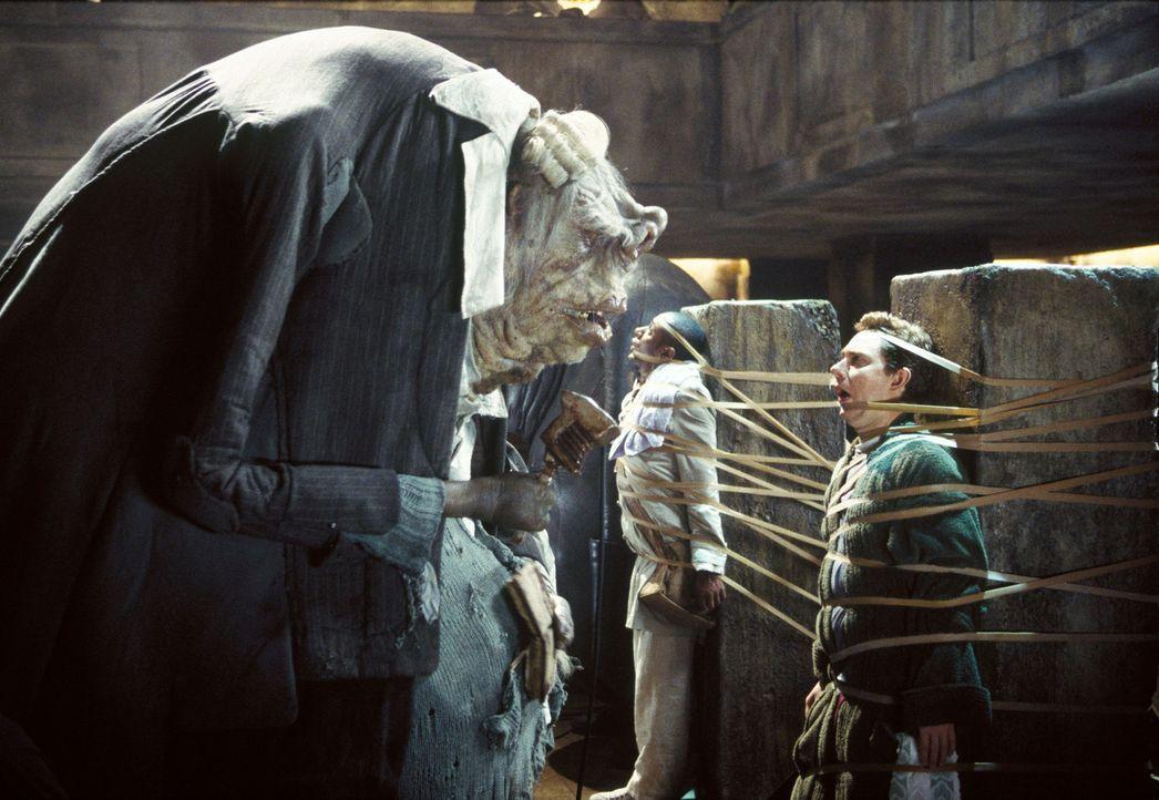 Seitdem sie als blinde Passagiere auf einem der Vogonenraumschiffe entdeckt wurden, haben die beiden Freunde Arthur (Martin Freeman, l.) und Ford (M... - Bildquelle: Touchstone Pictures (C) Spyglass Entertainment. All Rights Reserved