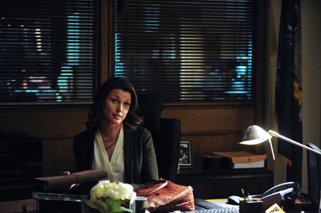 Erin (Bridget Moynahan) wird mit einem Fall betraut, bei dem ein Polizist den Tod eines sich in Untersuchungshaft befindlichen Mannes zu verantworte... - Bildquelle: 2013 CBS Broadcasting Inc. All Rights Reserved.