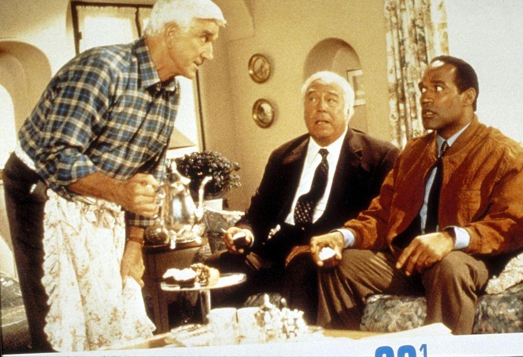 Franks (Leslie Nielsen, l.) Ex-Kollegen Nordberg (O. J. Simpson, r.) und Captain Hocken (George Kennedy, M.) berichten ihm von einem üblen Terror-C... - Bildquelle: Paramount Pictures
