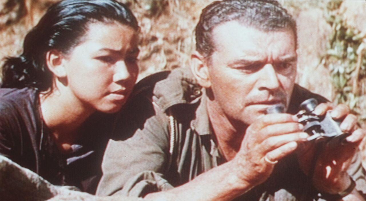 Yai (M.R.B. Chakrabandhu, l.) und Major Warden (William Holden, r.) beobachten die Japaner aus sicherer Entfernung ...