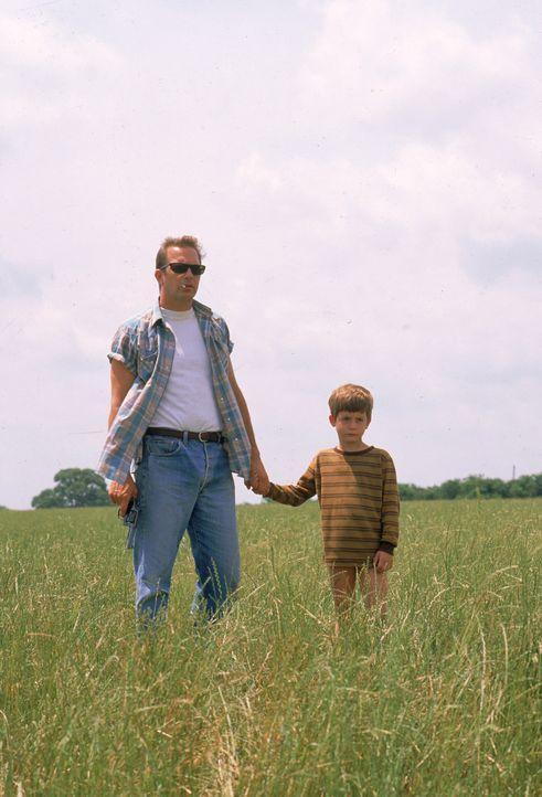 Ein ungleiches Paar: der Schwerverbrecher Butch Haynes (Kevin Costner, l.) und der kleine Phillip Perry (T.J. Lowther, r.) ... - Bildquelle: Warner Brothers International Television Distribution Inc.