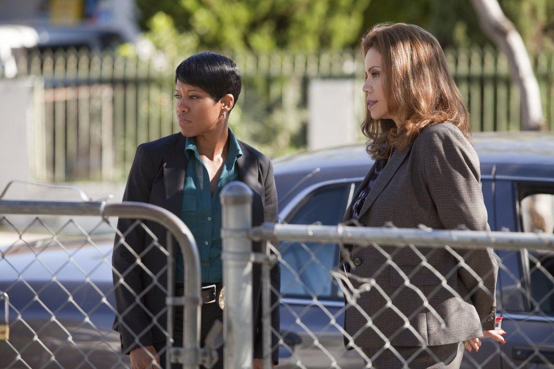 Die Zusammenarbeit von Detective Josie Ochoa (Jenny Gago, r.) und Detective Lydia Adams (Regina King, l.) verläuft nicht ganz einfach, dennoch könne... - Bildquelle: Warner Brothers