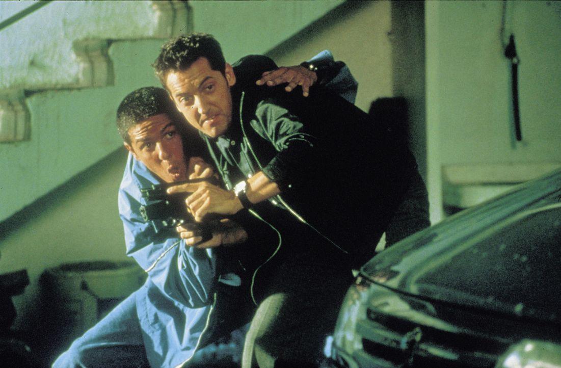 Da Polizist Emilien (Frederic Diefenthal, r.) selbst keinen Führerschein hat, will er zusammen mit Taxifahrer Daniel Morales (Samy Naceri, l.) der b... - Bildquelle: Tobis Film