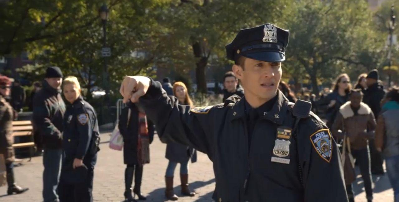 Als Jamie (Will Estes) einen verdächtigen Gegenstand entdeckt, versucht er, alle Passanten so schnell wie möglich in Sicherheit zu bringen. Eine Bom... - Bildquelle: Jojo Whilden 2014 CBS Broadcasting Inc. All Rights Reserved.