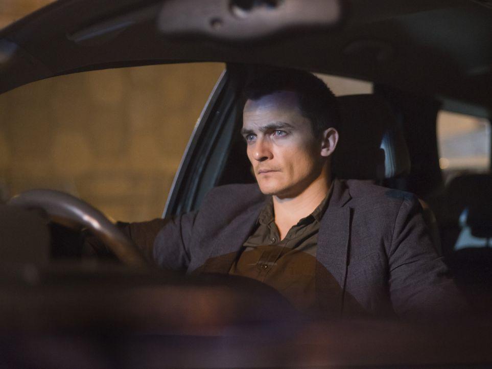 Quinn (Rupert Friend) und Fara observieren einen Verdächtigen, der Kontakt zu Haqqani pflegt, während Saul in große Gefahr gerät ... - Bildquelle: Homeland   2014 Twentieth Century Fox Film Corporation