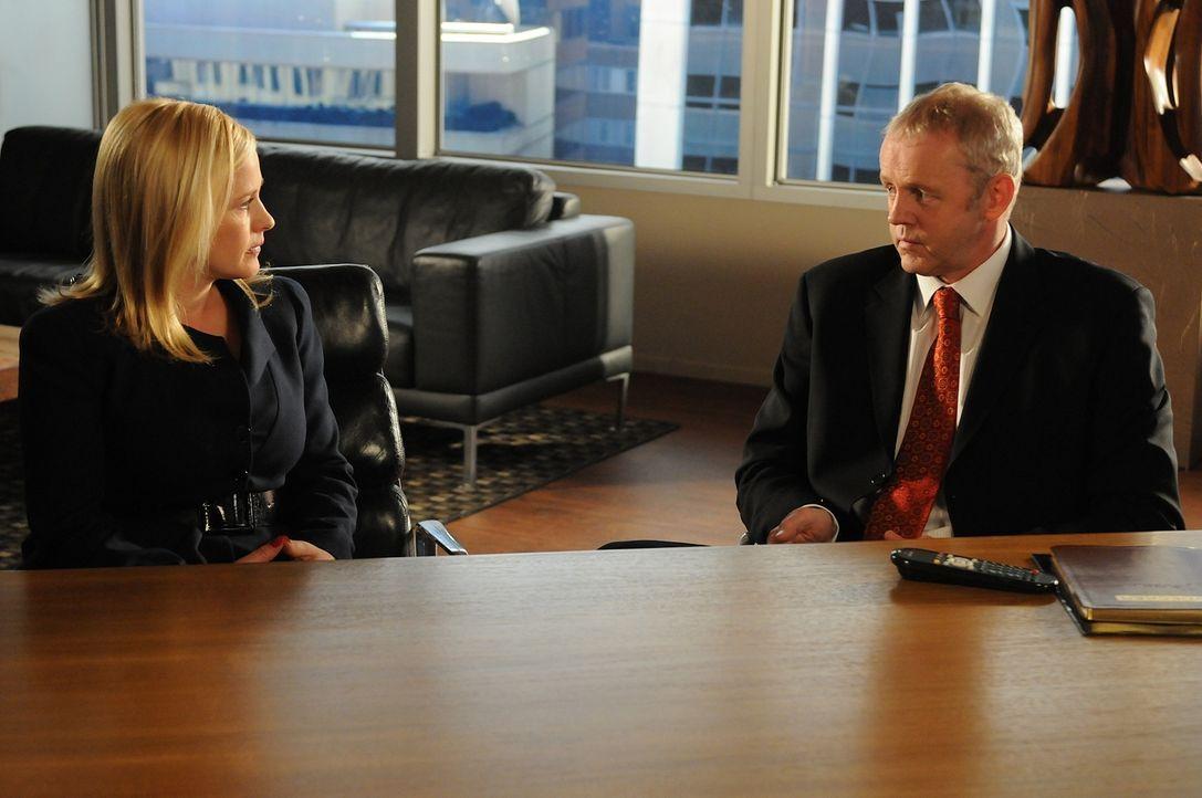 Douglas Lydecker (David Morse, r.) macht Allison (Patricia Arquette, l.) klar, dass er, als Besitzer ihres geistigen Eigentums, nicht davor zurücksc... - Bildquelle: Paramount Network Television