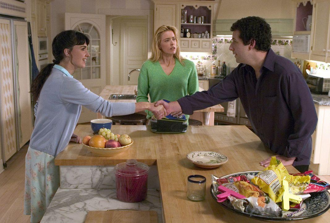 Obwohl Flor (Paz Vega, l.) kein English versteht bekommt sie einen Job als Haushälterin bei John (Adam Sandler, r.) und Deborah (Tea Leoni, M.) Cla... - Bildquelle: Sony Pictures Television International. All Rights Reserved
