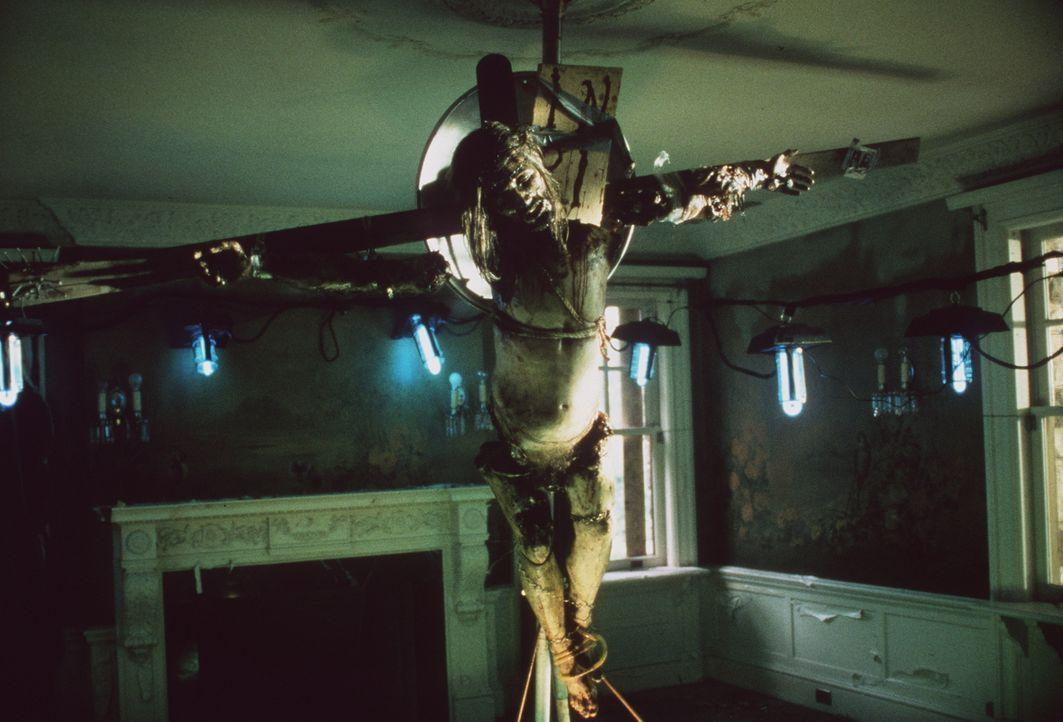 Eine Kreatur des Horrors: Der psychopathische Serienkiller hat aus menschlichen Einzelteilen den Körper von Jesus Christus gebaut und ans Kreuz gena... - Bildquelle: Columbia TriStar Home Video