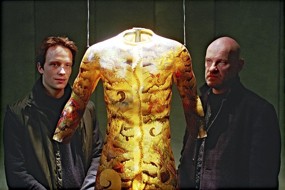 Alle Opfer weisen die gleichen bestialischen Verstümmelungen auf. Ihnen wurden große Stücke ihrer Haut entfernt. Immer tiefer geraten Marc (Augus... - Bildquelle: Tobis StudioCanal