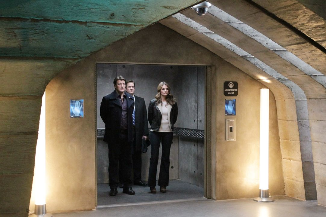 Jones (Russell Edge, M.) bringt Beckett (Stana Katic, r.) und Castle (Nathan Fillion, l.) in ein Geheimversteck der CIA ... - Bildquelle: 2012 American Broadcasting Companies, Inc. All rights reserved.