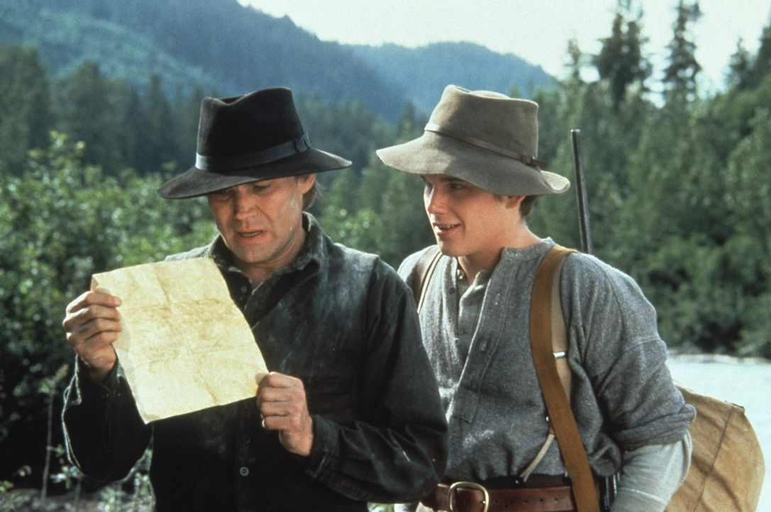 Gemeinsam mit dem erfahrenen Goldsucher Alex (Klaus Maria Brandauer, l.) sucht der junge Jack (Ethan Hawke, r.) in Alaska die Goldmine seines Vaters... - Bildquelle: Walt Disney Pictures