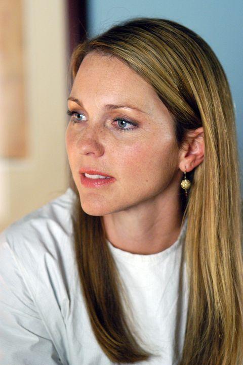 Dr. Natalie Durant (Kelli Williams) macht eine überraschende Entdeckung ... - Bildquelle: CBS Television